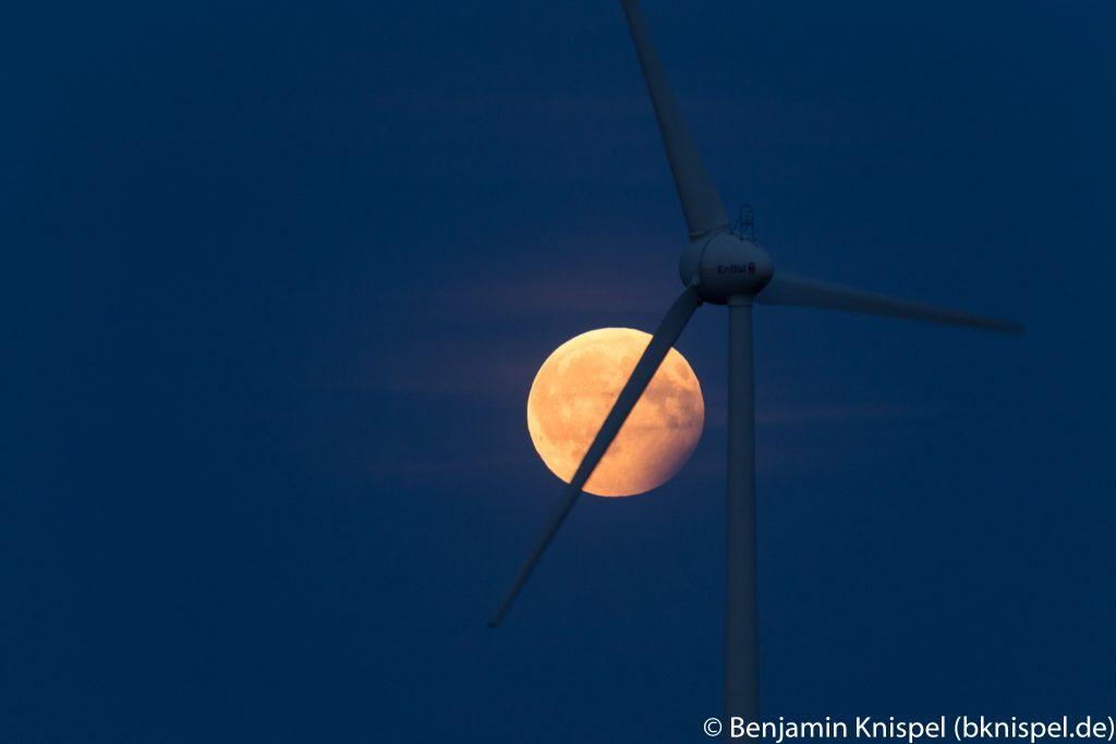 Halbschatten-Mondfinsternis mit Windrad. (Bild: B. Knispel)