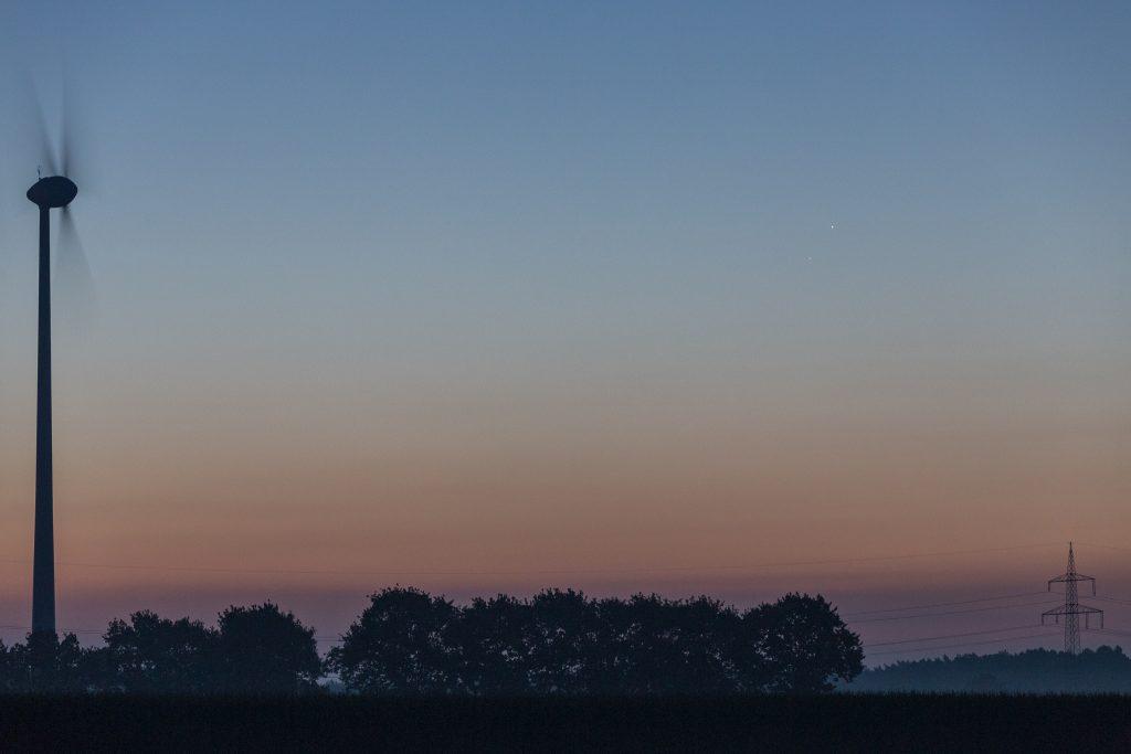 Die horizontnahen Merkur und Mars (unten) um 6:02 Uhr MESZ. (Bild: B. Knispel)
