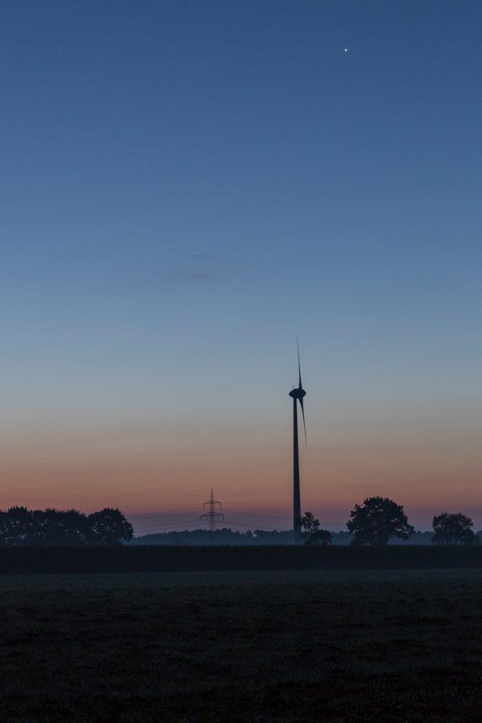 Um 6:09 Uhr MESZ ist es deutlich heller geworden; erneut die drei – nun höher gestiegenen – Planeten. (Bild: B. Knispel)