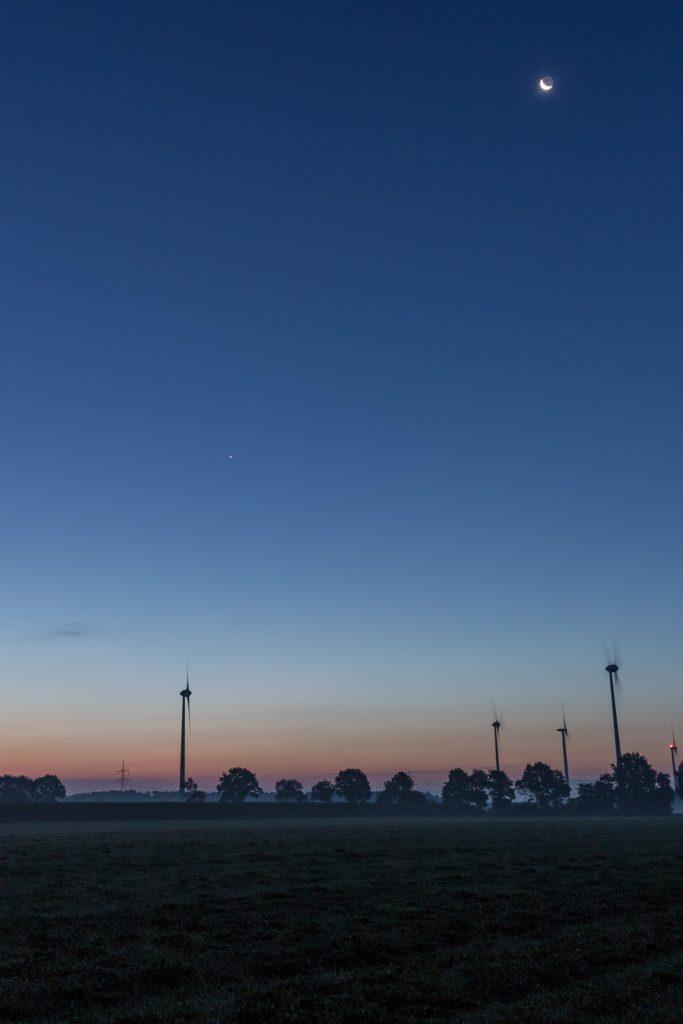 Noch einmal die gesamte Szene mit Mond um 6:10 Uhr MESZ. (Bild: B. Knispel)