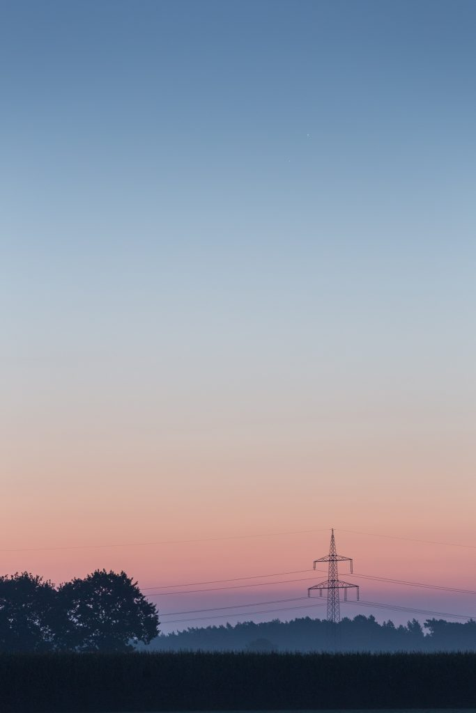 Merkur und Mars oberhalb des fernen Strommasts um 6:14 Uhr MESZ. (Bild: B. Knispel)