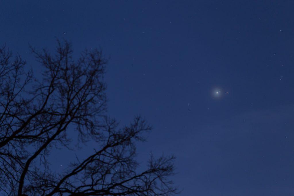 Der gelblich-weiße Jupiter (links) und der rötliche Mars am Morgenhimmel des 6. Januar 2018. (Bild: B. Knispel)