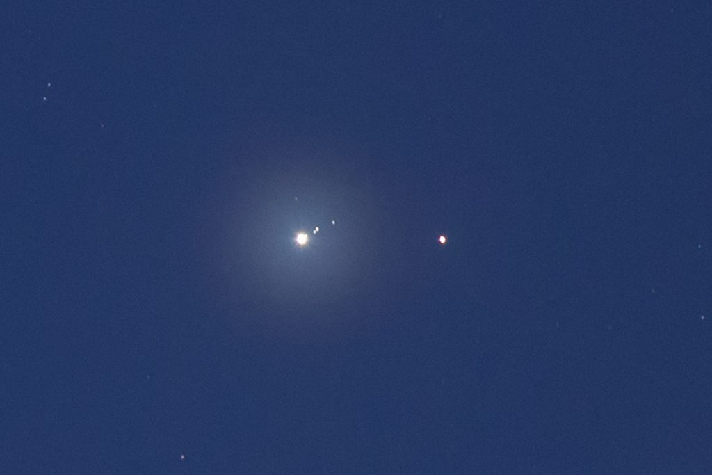 Ein Ausschnitt aus dem vorherigen Bild zeigt alle vier großen Jupitermonde neben dem Planeten und direkt daneben den Mars. (Bild: B. Knispel)