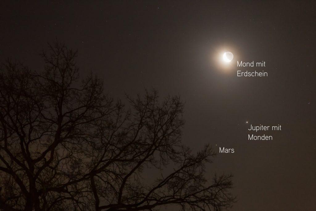 Wo ist was? Mond mit Erschein, Jupiter mit Monden und Mars am Morgen des 11.1.2018 gegen 6:50 Uhr. (Bild: B. Knispel)