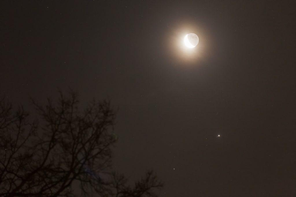 Mond mit Erschein, Jupiter mit Monden und Mars am Morgen des 11.1.2018 gegen 6:50 Uhr. (Bild: B. Knispel)