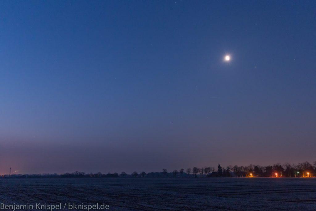 Das Panorama am Morgen des 8.3.2018 mit Mond und drei Planeten. (Bild: B. Knispel)