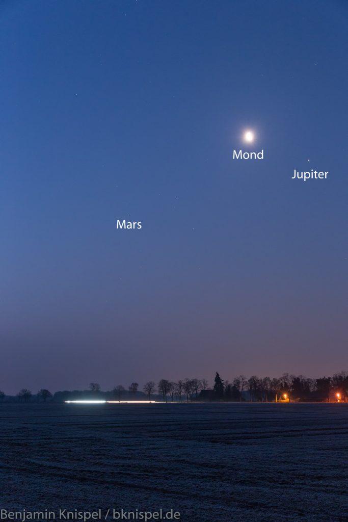 Ausschnitt mit Mond, Jupiter, Mars und Antares (unterhalb des Mars). (Bild: B. Knispel)