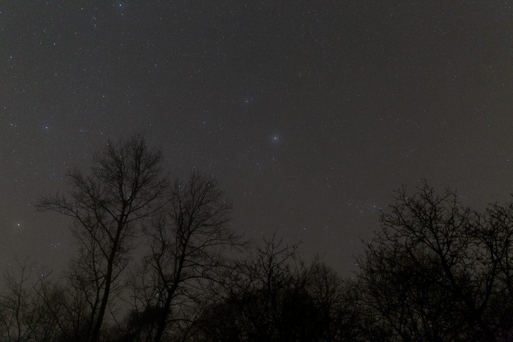 Nebliger Sternenhimmel rund um die Sternbilder Fuhrmann (darin die helle Capella mit Nebelhof) und Perseus. (Bild: B. Knispel)