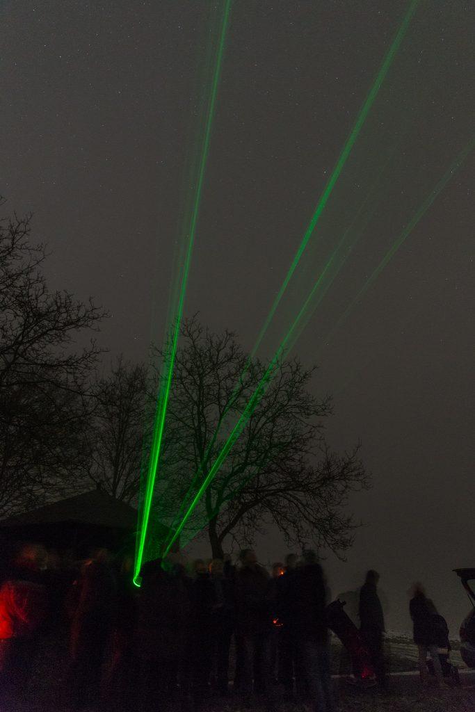 Mit dem Himmelszeiger im Sternbild Löwe (hinter dem Fotografen) unterwegs. (Bild: B. Knispel)