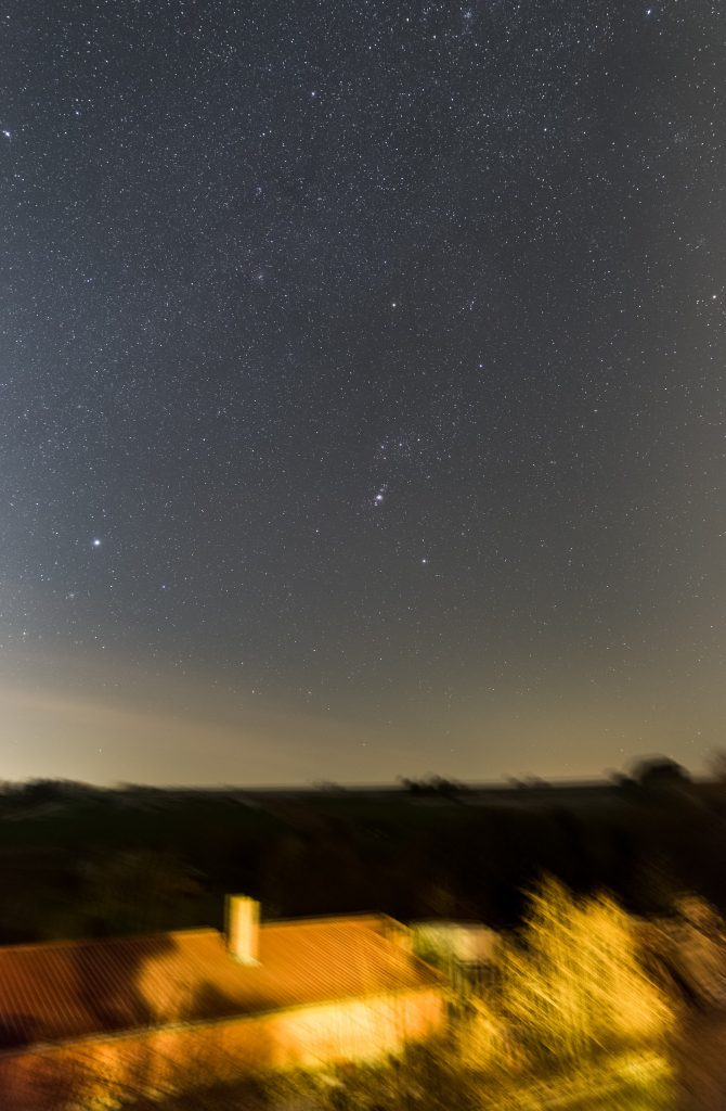 Wintersternbilder aus Bischbrunn im Hochformat. Gestackte Aufnahme aus 20x10 Sekunden bei f/2,8 und 24 mm Brennweite und ISO 50000. (Bild: B. Knispel)