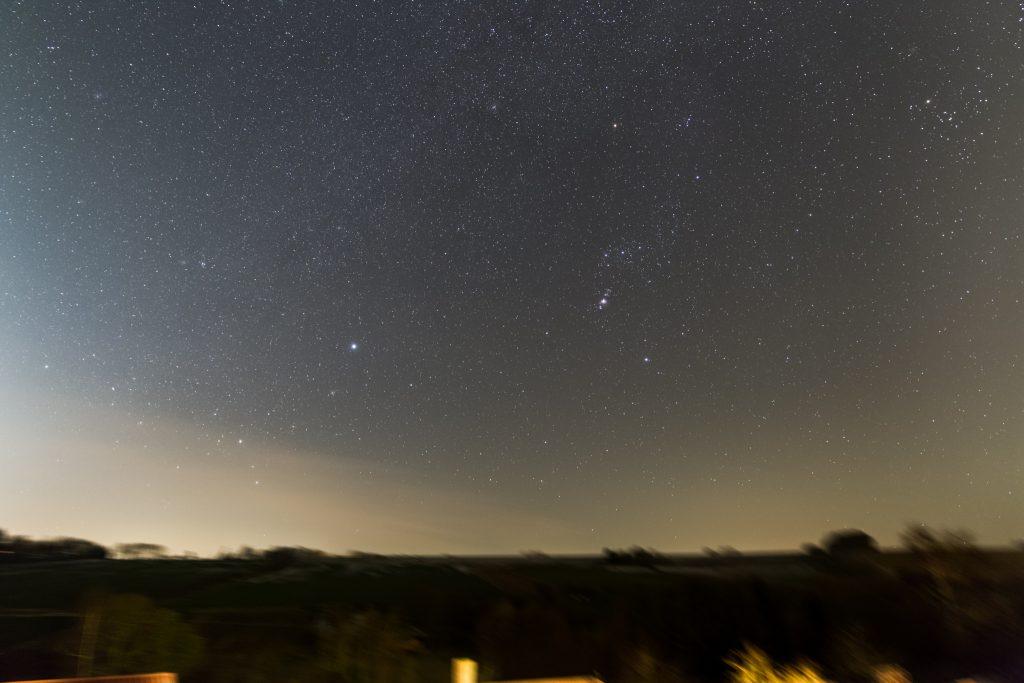 Wintersternbilder aus Bischbrunn im Querformat. Gestackte Aufnahme aus 20x10 Sekunden bei f/2,8 und 24 mm Brennweite und ISO 50000. (Bild: B. Knispel)
