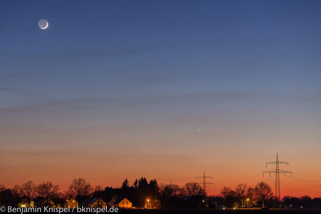 Mondsichel, Venus (unten rechts der Mitte) und Merkur (links oberhalb der Venus) am Abend des 19. März 2018 um 19:34 Uhr MEZ. (Bild: B. Knispel)