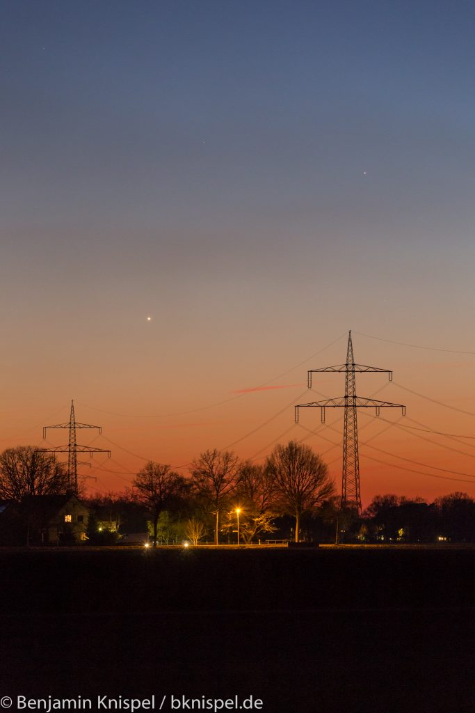 Venus (unten links) und Merkur (rechts oberhalb der Venus) am Abend des 19. März 2018 um 19:41 Uhr MEZ. (Bild: B. Knispel)