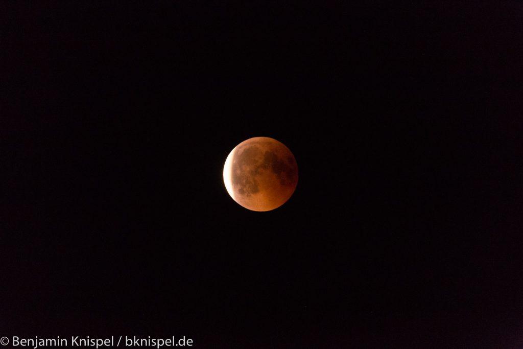 Nach Ende der Totalität tritt der Mond aus dem Kernschatten der Erde (links). (Bild: B. Knispel)
