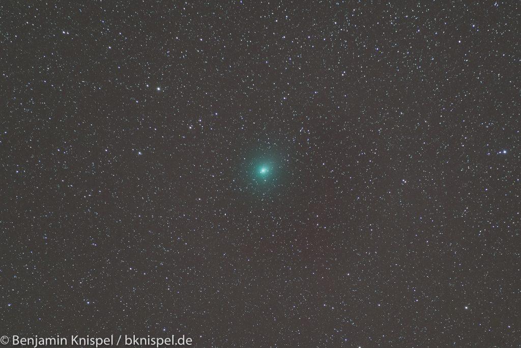 Komet 46P/Wirtanen am Abend des 2. Januar 2019. Summenbild aus 10 Einzelaufnahmen mit je 60 Sekunden Belichtungszeit bei f=200 mm, Blende f/3,2 und ISO 2000. Ausschnitt aus dem Summenbild. (Bild: B. Knispel)