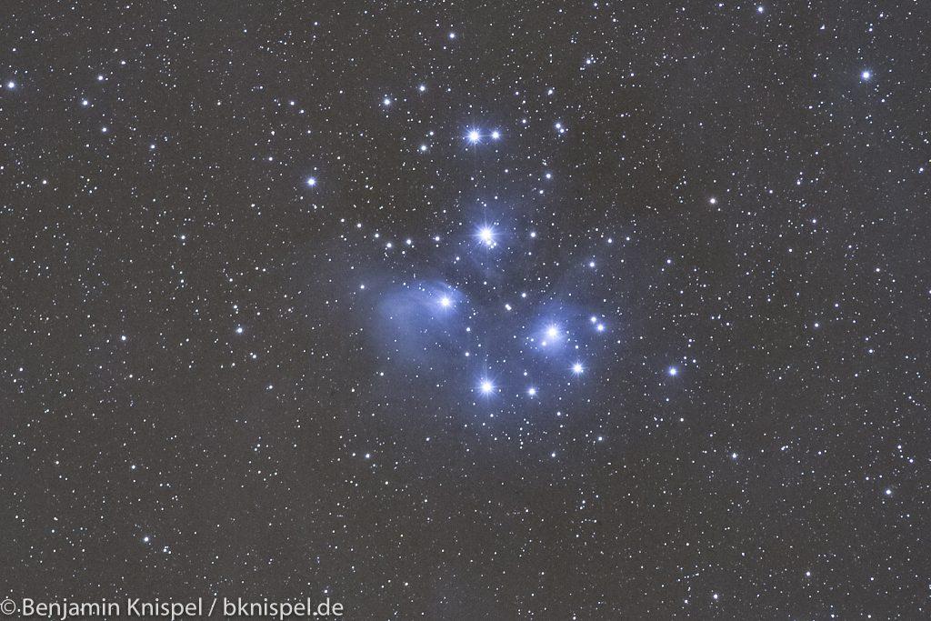 Die Plejaden (Messier 45) am Abend des 2. Januar 2019. Summenbild aus 11 Einzelaufnahmen mit je 60 Sekunden Belichtungszeit bei f=200 mm, Blende f/3,2 und ISO 2000. Ausschnitt aus dem Summenbild. (Bild: B. Knispel)
